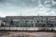Övergett industriellt kusligt lager, gammal mörk grungefabriksbyggnad royaltyfri fotografi