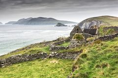 Övergett irländskt lantbrukarhem på klippan Arkivbild
