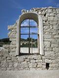 Övergett kyrkligt fönster Arkivfoto