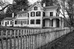 Övergett landshus med det gamla staketet Arkivbild