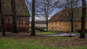 ` Övergett lantbrukarhem nära den Schloss Tatenhausen för vattenslott` `en i Kreis Guetersloh, norr Rhen-Westphalia, Tyskland`, royaltyfria foton