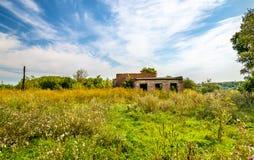 Övergett lantligt hus av kultur i den Kursk regionen - Ryssland royaltyfria bilder