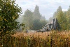 Övergett och att smula huset på kanten av skogen Arkivfoto