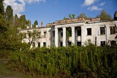 Övergett och bevuxet fördärvar av skolan som namnges efter Beria Abchazien Georgia Fotografering för Bildbyråer