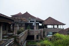Övergett och mystiskt hotell Bedugul Taman i dimman Indonesien Arkivbild