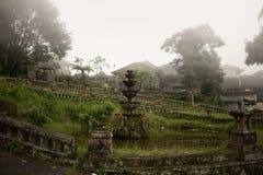 Övergett och mystiskt hotell Bedugul Taman i dimman Indonesien Arkivfoton