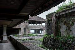 Övergett och mystiskt hotell Bedugul Taman i dimman Indonesien Arkivbilder