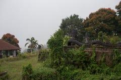 Övergett och mystiskt hotell Bedugul Taman i dimman Indonesien Royaltyfria Bilder