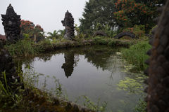 Övergett och mystiskt hotell Bedugul Taman i dimman Indonesien Royaltyfri Bild