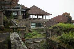 Övergett och mystiskt hotell Bedugul Taman i dimman Indonesien Royaltyfri Fotografi