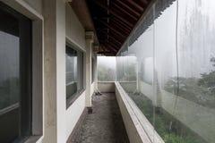 Övergett och mystiskt hotell Bedugul Taman i dimman Indonesien Royaltyfri Foto
