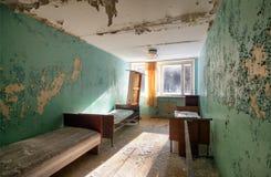 Övergett rum med sängar Royaltyfri Fotografi
