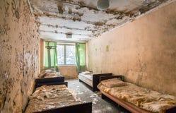 Övergett rum med sängar Arkivfoton