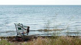 Övergett shoppa spårvagnen på stranden