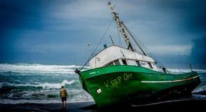 Övergett skepp på den namngav stranden royaltyfri bild