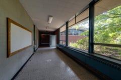 Övergett skolahall med stora Windows Arkivbild