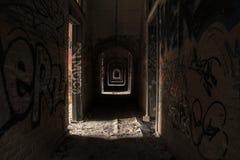 Övergett skydd med grafitti i Europa Royaltyfria Foton