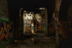 Övergett skydd med många grafitti Royaltyfri Bild