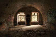 Övergett skyddrum med många grafitti Royaltyfria Bilder