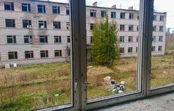 Övergett sovjetiskt armélägenhethus i Skrunda, Lettland royaltyfria foton