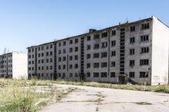 Övergett sovjetiskt lägenhethus i Skrunda, Lettland royaltyfri foto