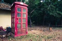 Övergett telefonbås i den forntida staden av Polonnaruwa, Sr fotografering för bildbyråer