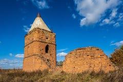 Övergett torn och förstörd vägg Fördärvar av den Saburovo fästningen i den Orel regionen Royaltyfri Foto