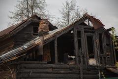 Övergett trähus efter brand Royaltyfria Foton