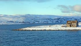 Övergett trähus på nordlig kust av Norge Royaltyfri Fotografi