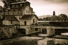 Övergett vatten maler i en av de Carpathian byarna Royaltyfri Foto