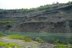 Övergett villebråd för coalmining i den Kemerovo regionen Arkivfoto