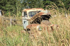Övergiven antik lastbil Royaltyfri Foto