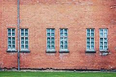 Övergiven arkitekturbakgrund med tegelstenväggen och fönster arkivfoton
