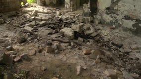 Övergiven armébyggnad och giftliga oljamaterial på golv arkivfilmer