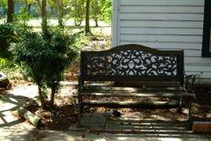 Övergiven bänk på stenbanan Royaltyfri Fotografi