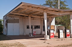 Övergiven bensinstation Arkivbild