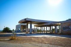 övergiven bensinstation Arkivfoto