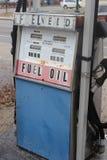 Övergiven bensinstation med gamla rostiga pumpar arkivfoto