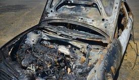 Övergiven bil tänd eld på uppsättning på brand Royaltyfri Fotografi