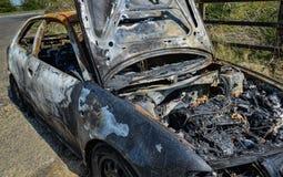 Övergiven bil tänd eld på uppsättning på brand Royaltyfri Foto