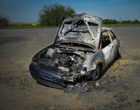 Övergiven bil tänd eld på uppsättning på brand Arkivfoto