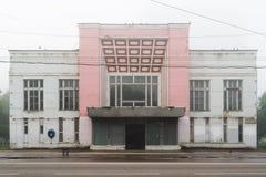 Övergiven bio i Orel, Ryssland i morgonogenomskinlighet med tomma chai Royaltyfri Bild