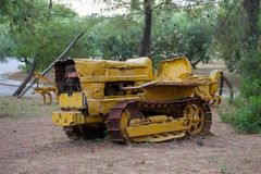 övergiven bulldozer gul mekanisk gamal man Naturen är starkare än teknologi arkivbild