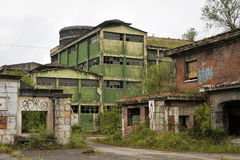övergiven byggande fabrik Arkivfoton