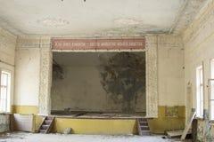 Övergiven byggande inre i Tjernobyl uteslutandezon Arkivbild