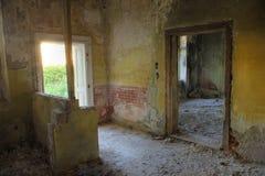 övergiven byggande interior arkivbild