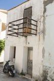 Övergiven byggande Kremasti stad Rhodes Arkivfoto