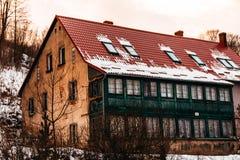 Övergiven byggande röd gräsplan arkivfoto