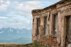 Övergiven byggnad överst av berget Altai Ryssland Arkivbild