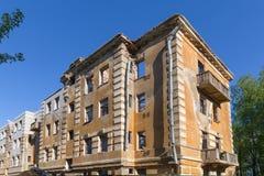 Övergiven byggnad - brutet hyreshuslägenhethus Royaltyfria Foton